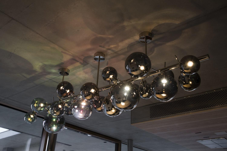 bilberry-glass-site-specific-lighting-object-chandelier-for-private-residence-sklo-světelný-objekt-lustr-pro-soukromý-dům-design-rony-plesl-and-jiri-krejcirik-