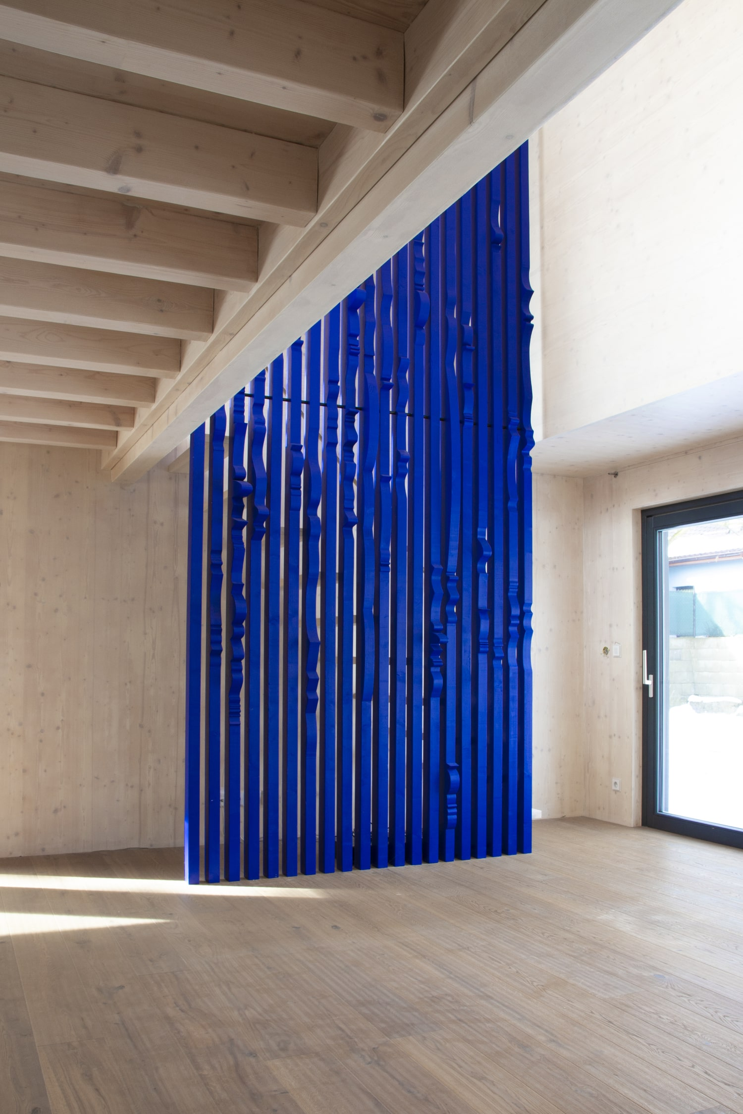 ultramarine staircase wall for private residence in milovice made of solid wood interior design by jiri krejcirik_8