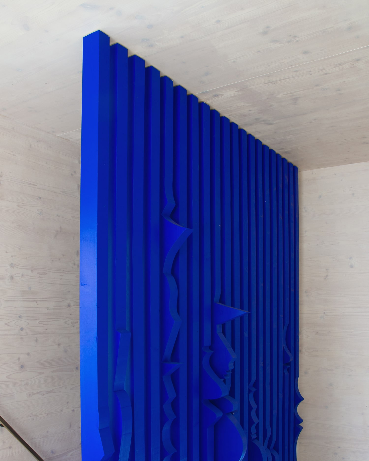 ultramarine staircase wall for private residence in milovice made of solid wood interior design by jiri krejcirik_3